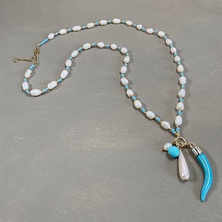 Colar longo misto de cristais tchecos lapidados azul claro,pérolas barrocas,entremeios de metal banhado e penca de pingentes diversos.