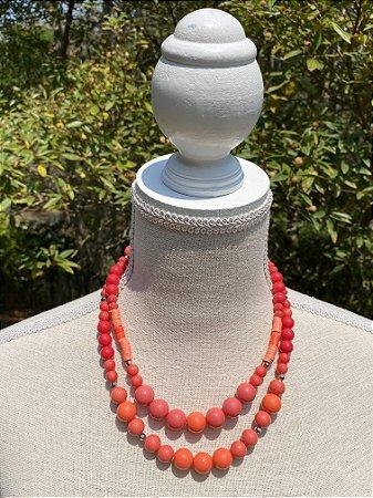 Colar duplo misto de borrachinhas indianas,cristais lapidados,esferas em murano tons de coral e entremeios de metal banhado.