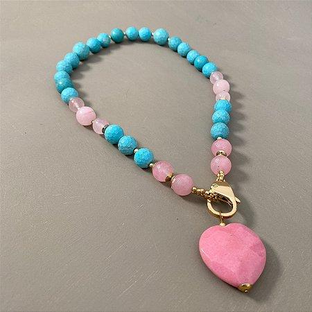 Colar curto misto de pedras turquesa e quartzo rosa lapidados, pingente de pedra lapidada em formato de coração e entremeios e detalhes em metal banhado.