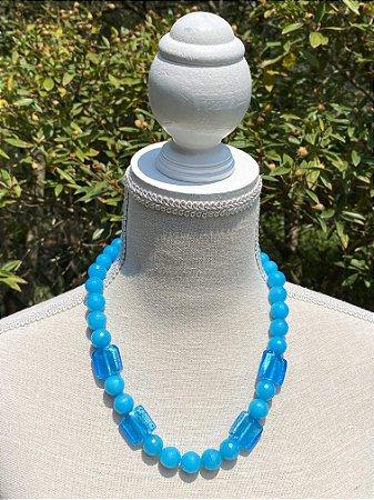 Colar curto de pedras jaspe azul lapidadas e peças em murano.