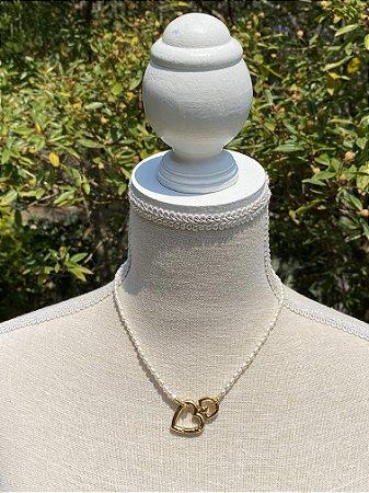 Colar curto de pérolas barrocas pequenas com fecho detalhe de coração em metal banhado.