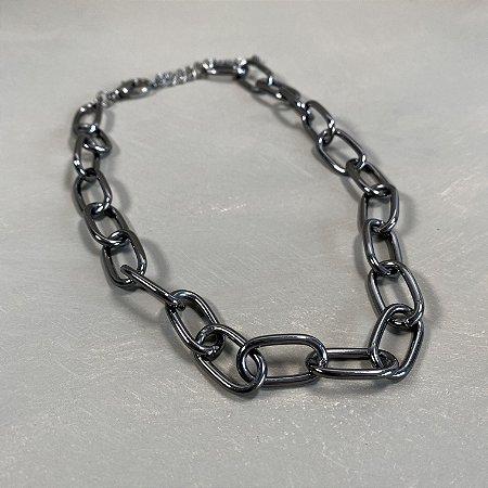 Colar curto de elos ródio negro em metal banhado.