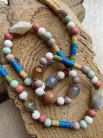 Colar longo de borrachinhas indianas multicores,esferas de pedras jaspe verde,madeira multicores e entremeios de metal banhado.