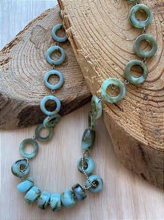 Colar longo alfinetado de peças em polímero verde.