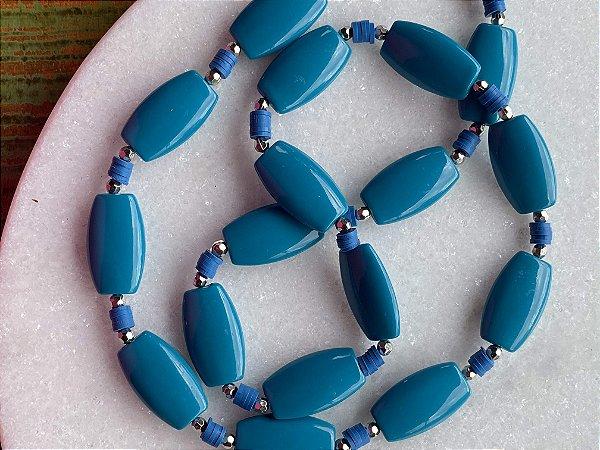Colar longo de borrachinhas indianas, peças em polímero azul petróleo e entremeios de metal banhado.