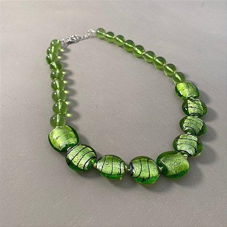 Colar curto com nó, de peças de vidro translúcido verde limão.