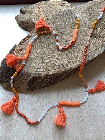 Colar longo misto de miçangas, borrachinhas indianas ,entremeios de metal banhado e pingentes de lã laranja.