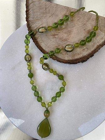 Colar longo de murano translúcido, cristais tchecos lapidados verde e pingente de pedra quartzo verde.