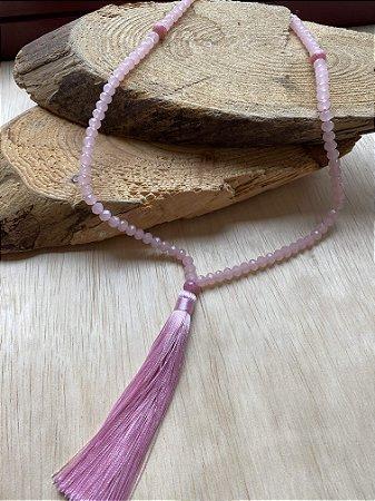 Colar Japamala de cristais lapidados, esferas em polímero e pingente fio de seda rosa claro.