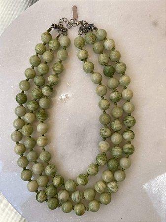 Colar curto camadas com nó , de esferas em polímero esmaltado verde.