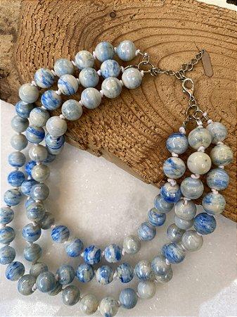 Colar curto camadas com nó , de esferas em polímero esmaltado azul.