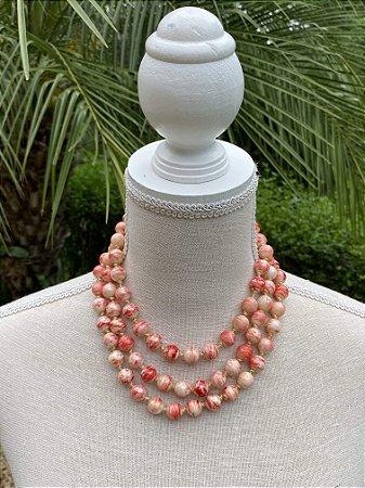 Colar curto camadas com nó, de esferas em polímero esmaltado rosa.