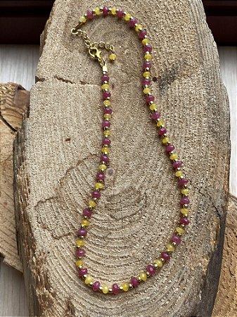 Colar gargantilha de pedras jade rúbi e quartzo amarelo lapidados e entremeios de metal banhado.