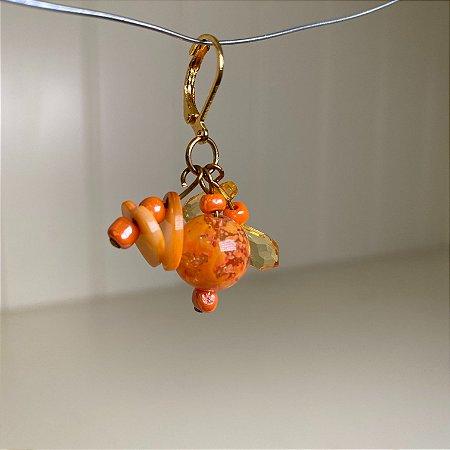 Brinco base de argola em metal banhado e peças em polímero e miçangas laranja.