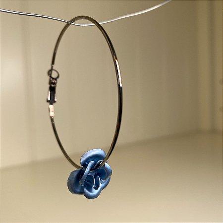 Brinco de argola em metal banhado e pingente de flor azul petróleo.