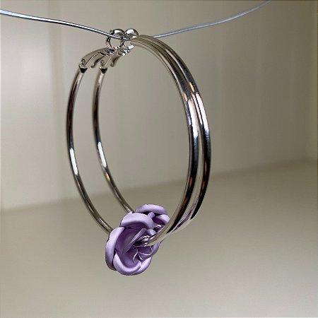 Brinco de argola em metal banhado e pingente de flor lilás.
