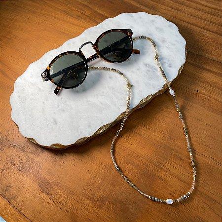 Cordão de óculos e cordão de máscara com cristais tchecos lapidados, pérolas barrocas e entremeios de metal banhado.