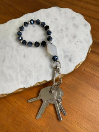 Chaveiro de cristais lapidados azulados , entremeios de metal banhado e pedra jaspe.