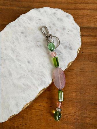 Chaveiro com peças de vidro (tipo murano) rosa e verde translúcido.