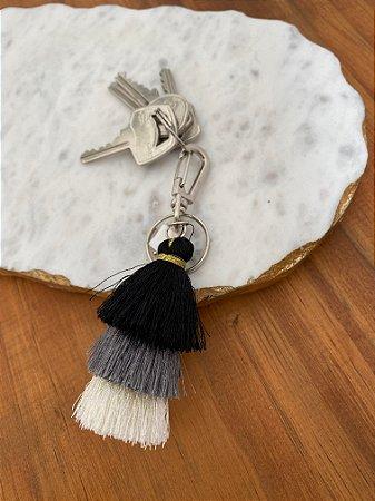 Chaveiro de chuvinha preta, cinza e branca e pingente de madre pérola.