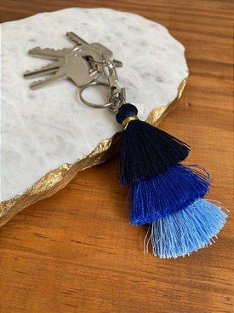 Chaveiro de chuvinha em tons de azul e pingente de madre pérola.