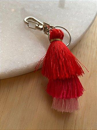 Chaveiro de chuvinha em tons de rosa e vermelho e pingente de madre pérola.