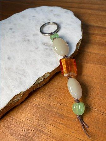 Chaveiro de peças em polímero verde musgo e laranja.