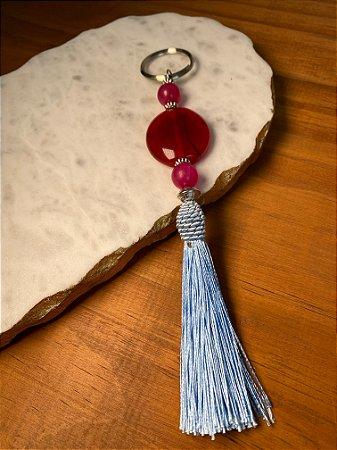 Chaveiro com pingente de fio de seda azul celeste, peças em polímero e entremeios de metal banhado.