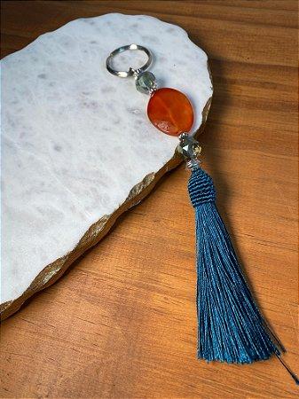Chaveiro com pingente fio de seda verde, cristais tchecos lapidados verde translúcidos e peça central de pedra ágata de fogo.