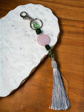 Chaveiro com pingente fio de seda cinza, peças de vidro (tipo murano) verde e polímero rosa e entremeios de metal banhado.