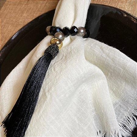 Kit com 4 porta guardanapos com cristais negros lapidados, pérolas cinzas, detalhe em metal banhado e pingente fio de seda preto.