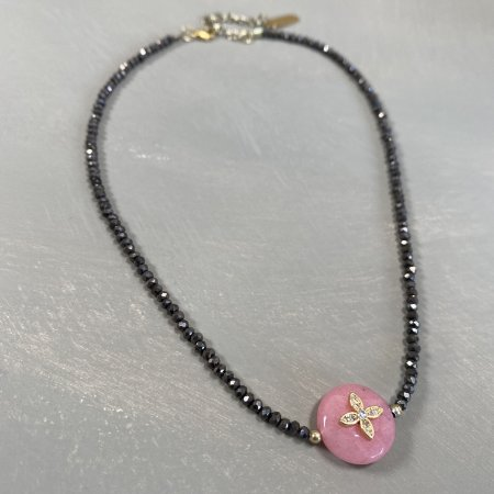 Colar gargantilha de cristais tchecos lapidados chumbo e pedra quartzo rosa com detalhe em metal banhado ao centro.