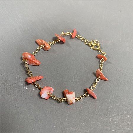 Pulseira  alfinetada com cascalhos jaspe rosa e metal banhado dourado.