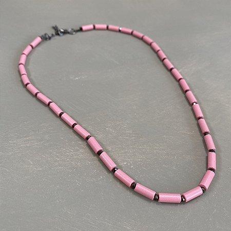 Colar curto de peças em polímero rosa e entremeios de cristais tchecos lapidados.