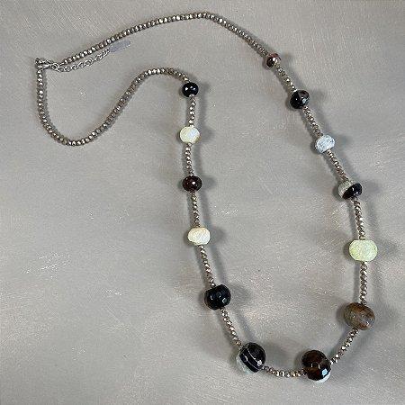 Colar longo com cristais tchecos lapidados e pedras jaspe verde.