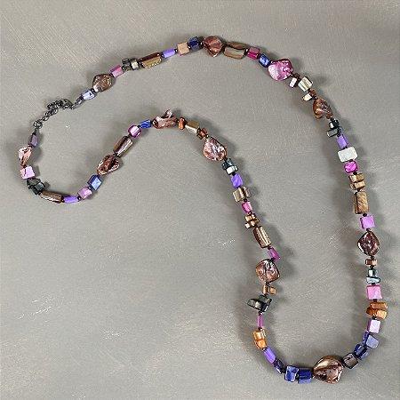 Colar longo com madre pérolas coloridas e entremeios de cristais tchecos lapidados.