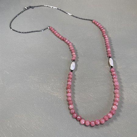 Colar longo com pedras jaspe rosa lapidada, pérolas barrocas, entremeio de cristais tchecos lapidados e detalhe de corrente grafite.