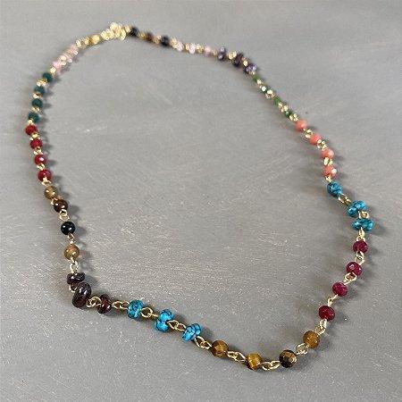 Colar gargantilha alfinetado com cristais tchecos lapidados e pedras brasileiras coloridas.