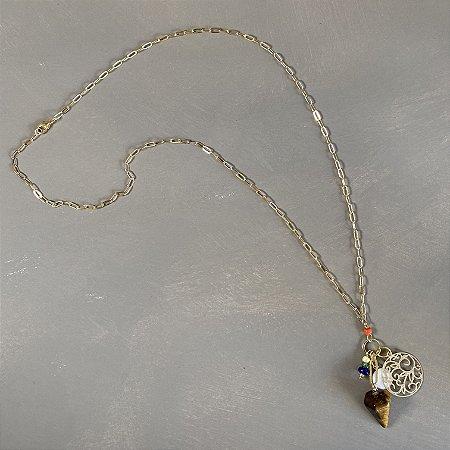 Colar longo de corrente em metal banhado dourado e penca de pingentes diversos e gota de pedra olho de tigre.