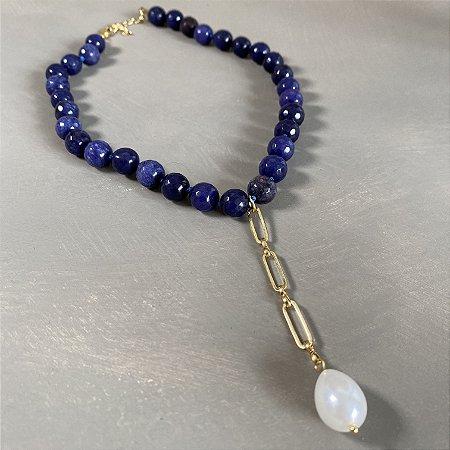 Colar curto com nó de pedra lapis lazuli lapidada, detalhe de elos em metal banhado e pingente de pérola.