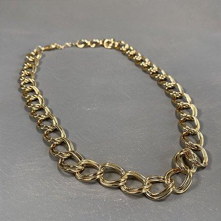 Colar curto de corrente em metal banhado dourado.