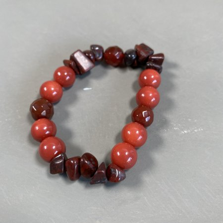 Pulseira de vidro (tipo murano) coral e cascalhos de ágata marrom.