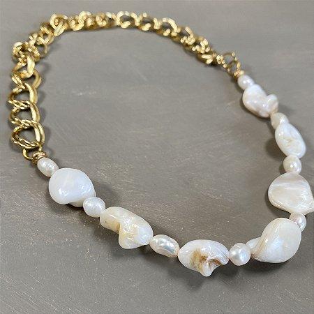 Colar curto com madre pérolas irregulares, pérolas barrocas e corrente em metal banhado dourado.