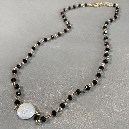 Colar gargantilha alfinetado com cristais tchecos preto e pérola barroca ao centro.