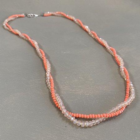 Colar curto trançado com cristais tchecos lapidados translúcidos e coral.