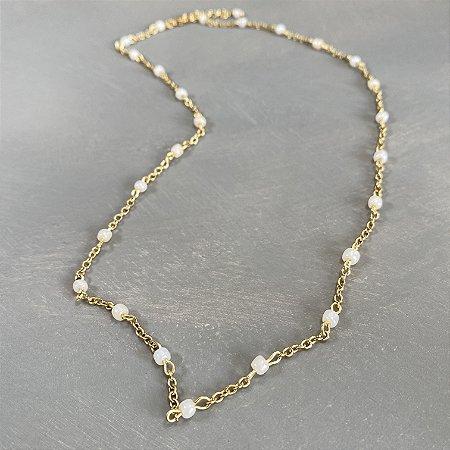 Colar curto de corrente em metal banhado dourado , alfinetado com miçangas cru.