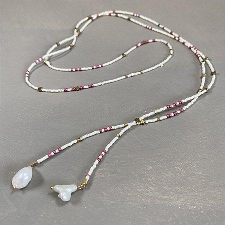 Colar longo de amarrar com miçangas cru e rosé e entremeios diversos de metal banhado e pingentes de pérolas barrocas.