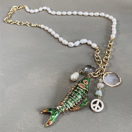 Colar longo com nó de pérolas barrocas, elos em metal banhado dourado e penca de pingentes diversos e peixe Cloisonné verde.