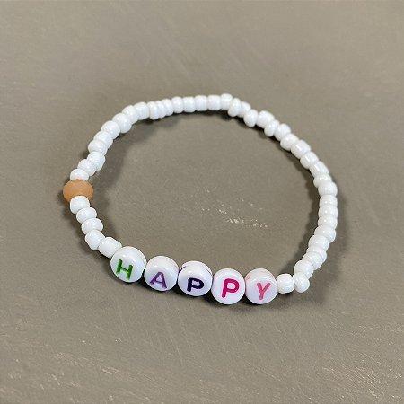 Pulseira de miçangas brancas e pingentes escrito HAPPY.