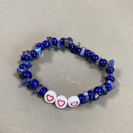 Pulseira de cascalhos com miçangas azul bic e pingentes de coração.